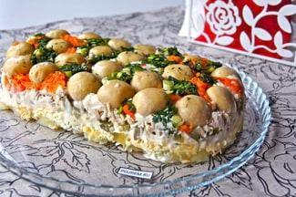 Салат «полянка» с курицей и грибами
