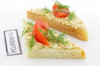 Бутерброды с печенью трески и помидорами