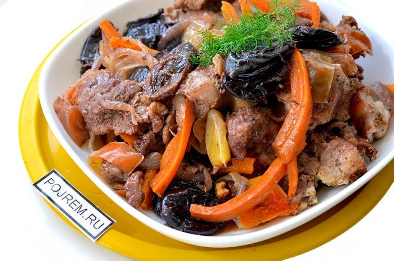 мясо с черносливом в духовке