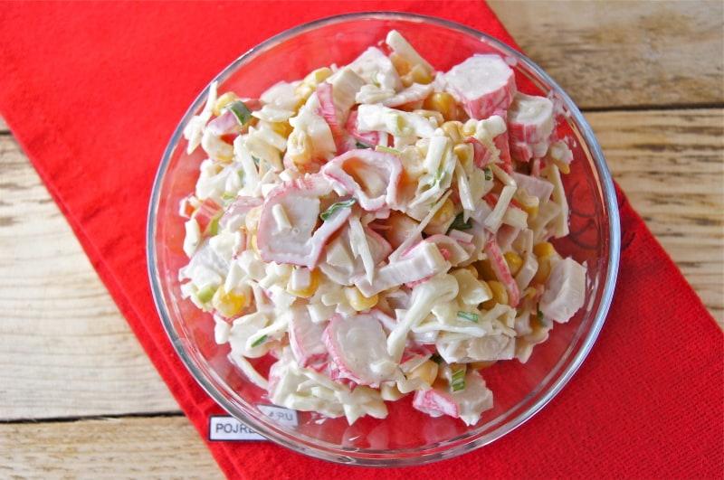 салат с крабовыми палочками, кукурузой и капустой