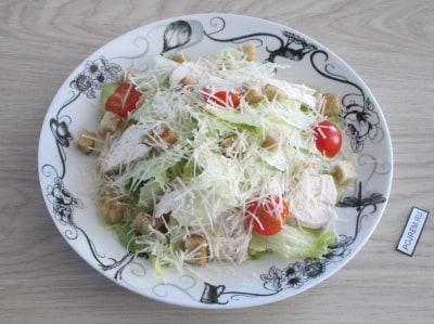 Рецепта салата цезарь с курицей и сухариками