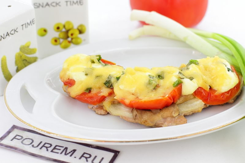 мясо по-французски из свинины с помидорами в духовке
