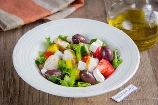 Простой рецепт греческого салата с курицей