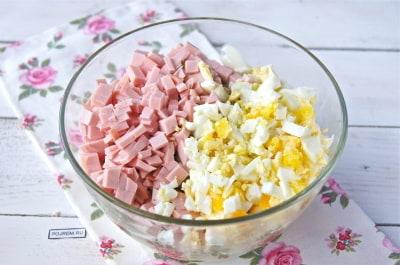 Салаты со свежим огурцом колбасой яйцами рецепт