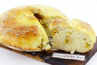Дрожжевой пирог с яблоками и корицей в духовке