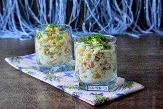 Салат с крабовыми палочками, свежей капустой и кукурузой