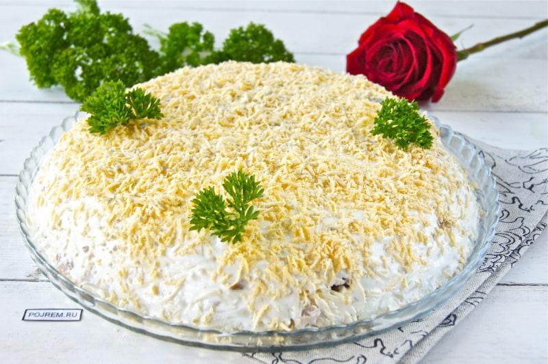 салат с варено-копченой курицей и грибами