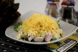 Салат из крабовых палочек, огурцов и сыра