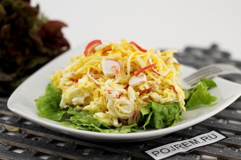 салат с крабовыми палочками и яйцом