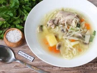 Куриный суп с лапшой и грибами