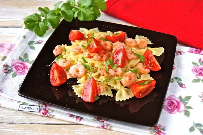 салат с креветками и макаронами
