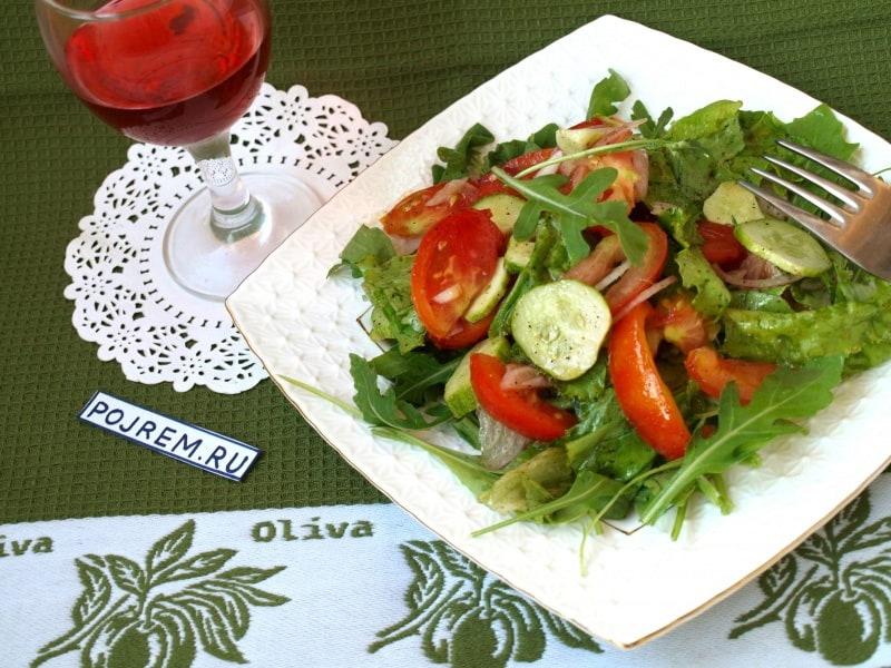 салат из свежих овощей с рукколой