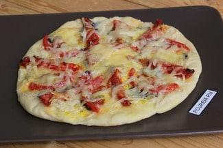 Пицца с сыром и помидорами