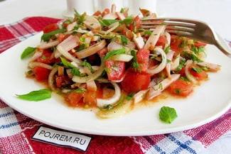 Салат из помидор и куриной грудки