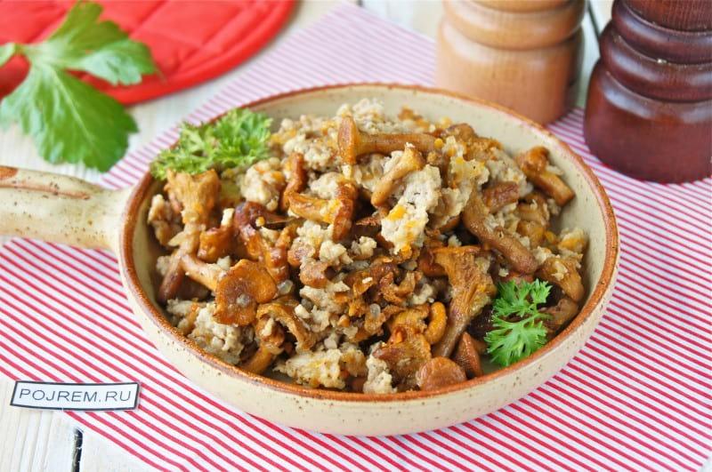 грибы с фаршем на сковороде