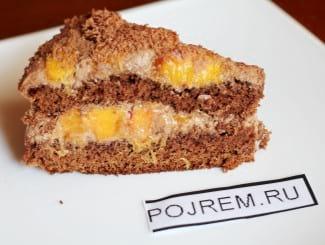 Бисквитный торт с персиками и сливочным кремом