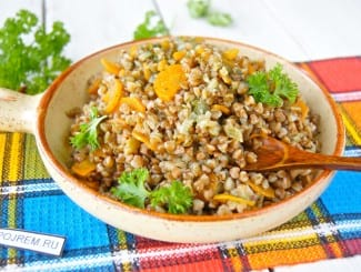 Гречка с овощами (с луком, морковью и шпинатом) в кастрюле