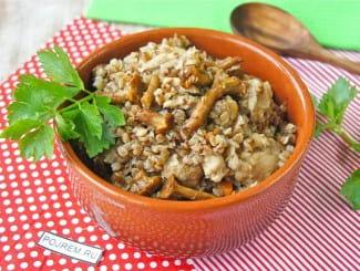 Гречка с курицей и грибами на сковороде